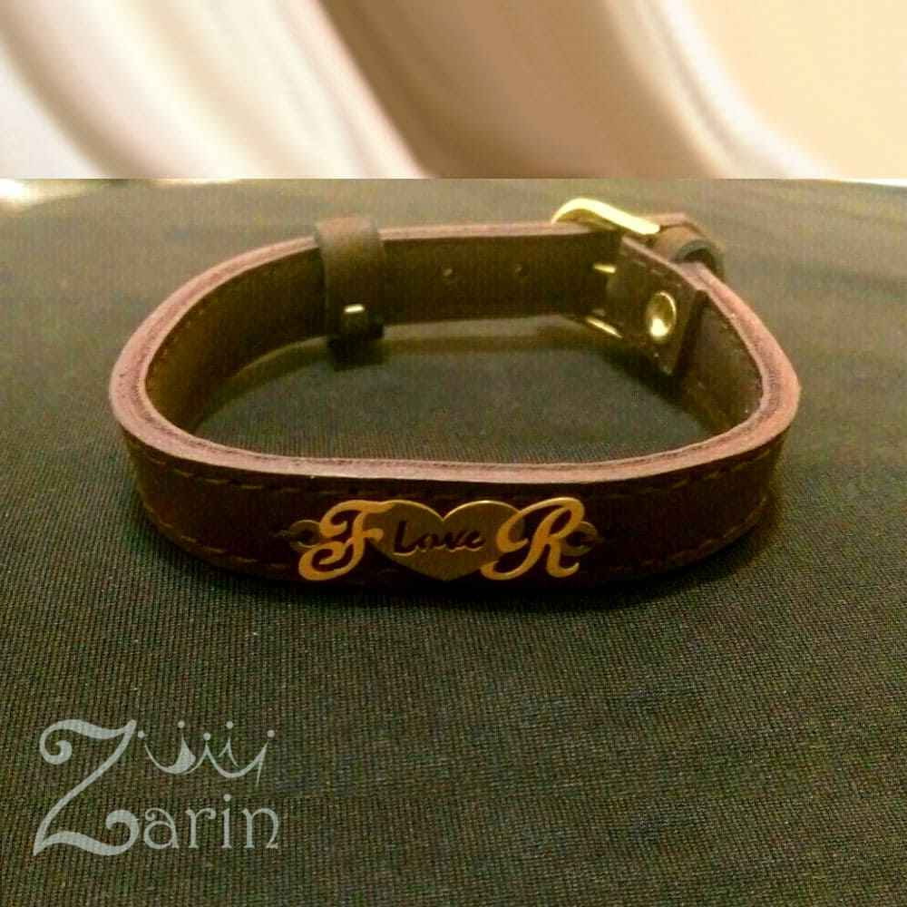 """دستبند چرم طلا طرح قلب و حرف با حروف """"F R"""""""